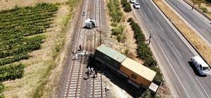 Manisa'da 3 gün içerisinde aynı yerde ikinci kaza Kazada tırın kabini dorseden ayrıldı Lastiği patlayan tır tren yoluna uçtu