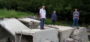 Taşan dere mahallenin tek ulaşımı olan köprüyü yıktı Yolları var geçmek için köprüleri yok