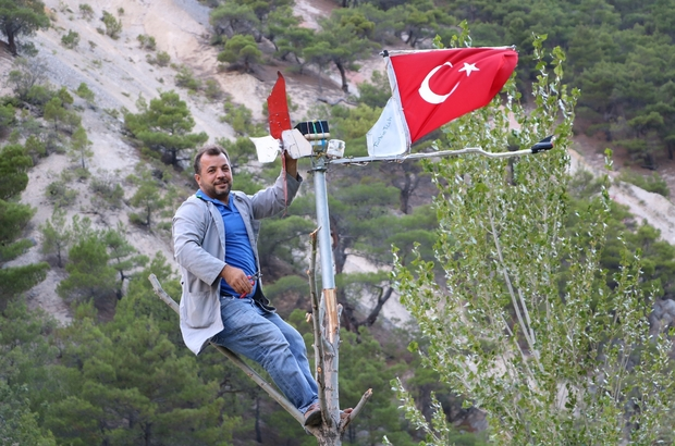 Elektriği doğadan kendisi üretti, Türk bayraklarını aydınlatmayı başardı Sivas'ın Koyulhisar ilçesinde vatan ve bayrak aşığı Ahmet Özdemir, topladığı atık malzemelerden geliştirdiği sistemlerle elektrik üretmeyi başarıp çevresindeki Türk bayraklarını gece aydınlatmayı başardı