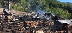 Kastamonu'da iki katlı ahşap ev yanarak külde döndü