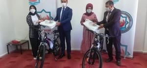 Derebucak'ta ilçe birincisi öğrenciler bisikletle ödüllendirildi