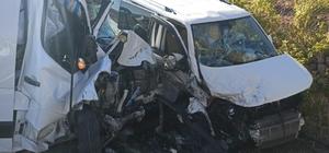 Hafif ticari araç ile minibüs kafa kafaya çarpıştı: 2 yaralı