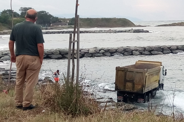 Trabzon'da hafriyat kamyonu denize uçtu Arsin ilçesinde denize uçan hafriyat kamyonunu çıkartmak için uzun süre uğraş verdiler