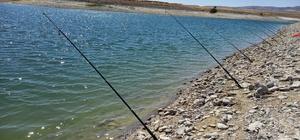 Günyüzü sulama göletlerinde balık tutmak yasaklandı Göletler, su miktarının azalması sebebi ile daha rahat balık avlanmasını fırsat bilenlerin adeta akınına uğradı
