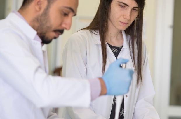 Hitit Üniversitesinden Avrupa'ya  laboratuvar hizmeti Türkiye'de dünya standartlarında laboratuvar hizmetleri veren Hitit Üniversitesi Bilimsel Teknik Uygulama ve Araştırma Merkezi (HÜBTUAM) Avrupa'ya açıldı AR-GE projelerine verdiği alt yapı desteği ile iş dünyası ve kamu kurumlarının ihtiyaçlarına yönelik çalışmalar yürüten HÜBTUAM, uluslararası standartlarda yaptığı çalışmalarla Avrupa ülkelerine test ve analiz hizmeti vermeye başladı İlk olarak 2014 yılında bölgede ihtiyaç duyulan toprak analizleriyle laboratuvar hizmetlerine başlayan HÜBTUAM, daha sonra Sağlık Bakanlığı ve Hitit Üniversitesi arasında yapılan işbirliği ile tıbbi cihazların mekanikleri ile ayakkabı, deri ve deri ürünlerinde zararlı maddelerin tayini noktasında analiz gerçekleştiriyor
