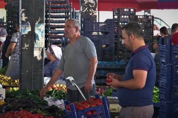 Semt pazarlarında ürküten görüntü Denizli'de semt pazarında vatandaş sosyal mesafeyi, esnaf maske kuralını hiçe sayıyor