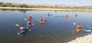 Bingöl'de Murat Nehrinde gençlerin kano keyfi