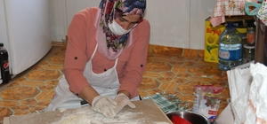 Ata topraklarını terk etmeyen yaşlıların her hizmeti evlerinde görülüyor Odunu kırıp yemeğini yapan kaymakamlık ekipleri yaşlıları yalnız bırakmıyor Kastamonulu yaşlı vatandaşlar ihtiyaçlarını gören ekiplere dua ediyor