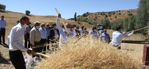 Eski usul patos attılar Sivas'ın Zara ilçesinde gerçekleştirilen hasat sonlandırma şenliğinde eski usul patos atıldı