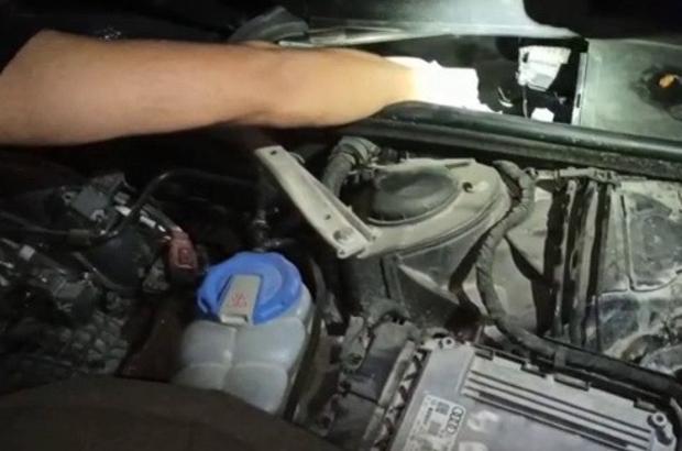 Otomobil kaputunda uyuşturucu ele geçirildi