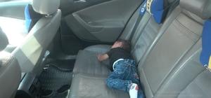 Faruk bebeğin ağlama sesini duyan vatandaşlar seferber oldu Arabaya bırakılan bebeği vatandaşlar kurtardı