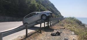 Otomobil, demir korkulukların üzerine çıktı