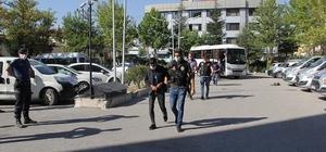 Afyonkarahisar merkezli 4 ilde uyuşturucu operasyonu: 14 gözaltı Uyuşturucu operasyonunda yakalanan 12 kişi adliyeye çıkarıldı Şahıslar geniş güvenlik önlemleri altında adliyeye sevk edildi