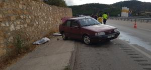 Karabük'te feci kaza: 2 ölü Maddi hasarlı kazanın ardından kamyonetten inen 2 işçiye otomobil çarparak istinat duvarına sıkıştırdı