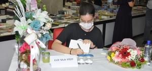 Mardinli lise öğrencisi ilk romanı için imza günü düzenledi