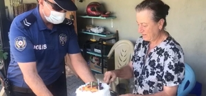 61 yaşında liseyi bitiren Hatice anneye, polisten doğum  günü sürprizi