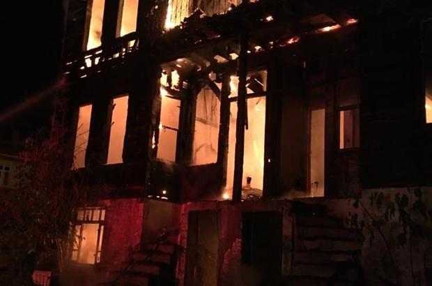 Bartın'da tarihi bina küle döndü