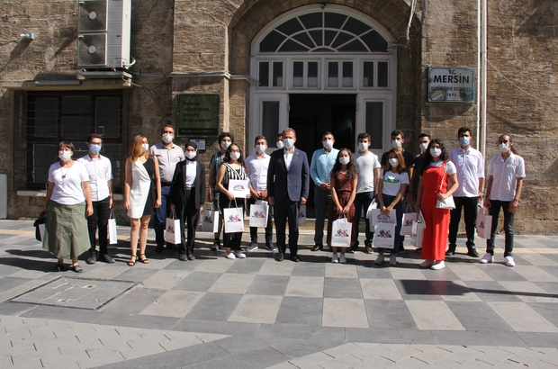 Başkan Seçer, üniversiteyi kazanan öğrencilerle buluştu Mersin Büyükşehir Belediye Başkanı Vahap Seçer, belediyenin eğitim ve öğretimi destekleme kurs merkezlerinde eğitim alarak üniversiteyi kazanan öğrencilerle bir araya gelerek, başarılarından dolayı kutladı