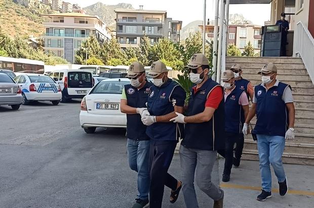 Reyhanlı patlamasının sorumlularından Ercan Bayat adliyeye sevk edildi Ercan Bayat'ın Reyhanlı'da iki ayrı noktada kullanılan patlayıcıları deniz yoluyla getiren kişi olduğu öğrenildi