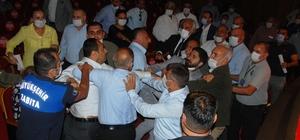 Adana Büyükşehir Belediye Meclisinde kavga Büyükşehir Belediye Meclis Üyesi Sedat Gül, kavga sırasında Saimbeyli Belediye Başkanı Mustafa Şahin Gökçe'nin dişini kırdı