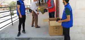 Gönüllü gençlerden seccade dağıtımı