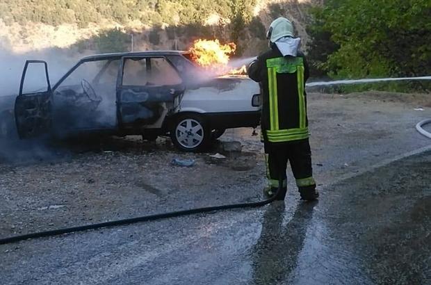 Alevlerin yükseldiği otomobil hurdaya döndü