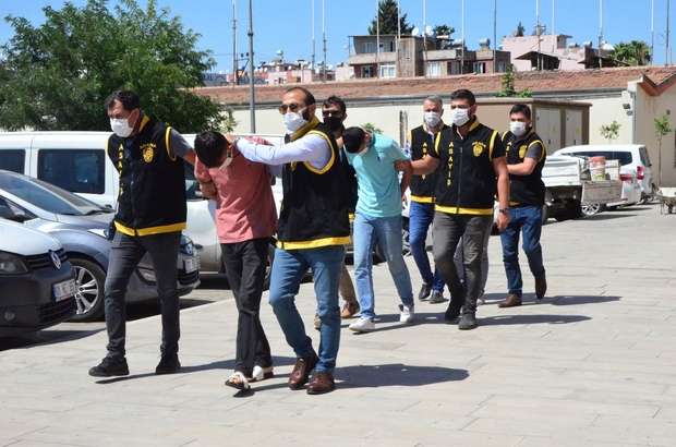 Bebeği gözyaşlarına boğan kuyumcu soyguncuları yakalandı Adana'da bir bebek ve iki kadının bulunduğu kuyumcuya maske ile eldiven takıp girerek silahlı soygun gerçekleştiren 3 zanlı yakalanırken, bebeğin ve iki kadının korkup ağlaması saniye saniye görüntülendi Polis zanlıları yaklaşık 100 güvenlik kamerası inceleyerek yakalarken, soygunculardan birinin spor ayakkabısının altının turuncu olması zanlıları ele verdi