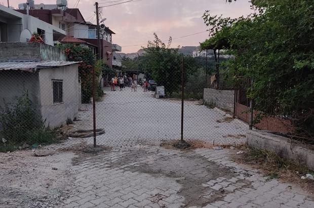 Tel örgü çekip yolu kapattı Komşu yolu kapattı, 20 hane yolsuz kaldılar Hatay'da bir kişi, 20 haneye tek geçiş olan sokağı kendi tapulu malı olduğunu iddia ederek tel örgü çekip kapatınca vatandaşlar perişan oldu
