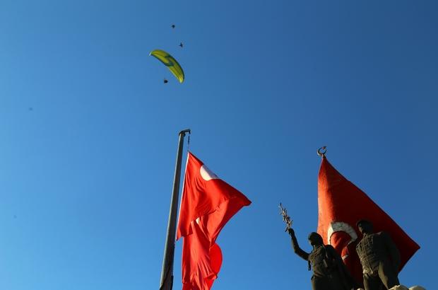 Paraşütlü evlilik teklifi Hatay'da Sağlık çalışanlarının yamaç paraşütlü evlenme teklifi duygusal anlara sahne oldu