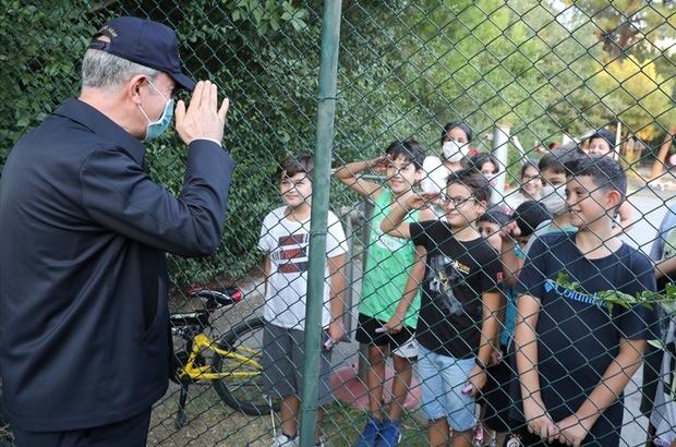 Çocuklardan Bakan Akar'a asker selamı Bakan Akar ve komutanların İzmirli çocuklarla samimi sohbeti