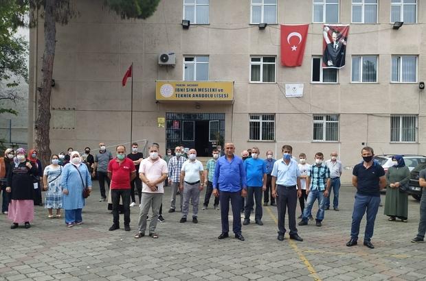 """Pandemi sürecinde çocuklarının okullarının başka bir okula taşınacağı iddiası velileri isyan ettirdi Trabzon'un Akçaabat ilçesinde bulunan İbni Sina Meslek ve Teknik Anadolu Lisesi'nin başka bir okulun binasına taşınacağı iddiaları velilerin tepkisine neden oldu Nefsipulathane Mahallesi Muhtarı İlhan Yılmaz: """"Okulların kapalı olmasından dolayı zaten öğrencilerin ve velilerin psikolojileri iyi değil; Bir de okulun taşınması gibi bir durum kabul edilebilir gibi değil"""""""