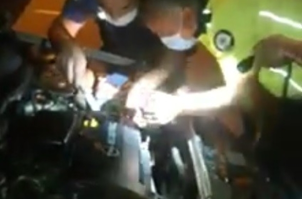 Arızalan aracı polis ekipleri tamir etti