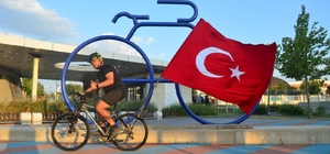 Türk bayraklı bisikletiyle Lüleburgaz'a geldi