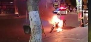 Polislere kızıp motosikletini ateşe verdi Sahibi tarafından ateşe verilen motosiklet cayır cayır yandı