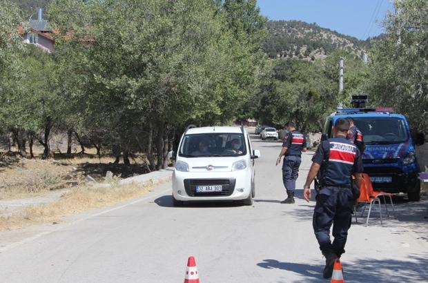 Isparta'da karantina uygulanan köye giriş ve çıkışlar durduruldu Covid-19 vakalarının ve temaslı kişilerin fazlalığı nedeniyle köy karantinaya alındı Jandarma ekipleri köye giriş ve çıkışa izin vermiyor