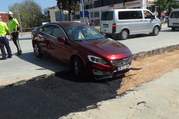 """Hiç bir önlem alınmadan yapılan çalışmada, çukura araba düştü Kaza yapan araç sürücü Emine Şengeç: """"Kaza sonrası oraya gelip duba yerleştiriyorlar"""""""