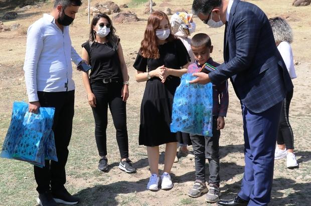 Okul müdüründen anlamlı kampanya Kampanya kapsamında topladığı kırtasiye malzemelerini ev ev dolaşarak öğrencilere ulaştırdı