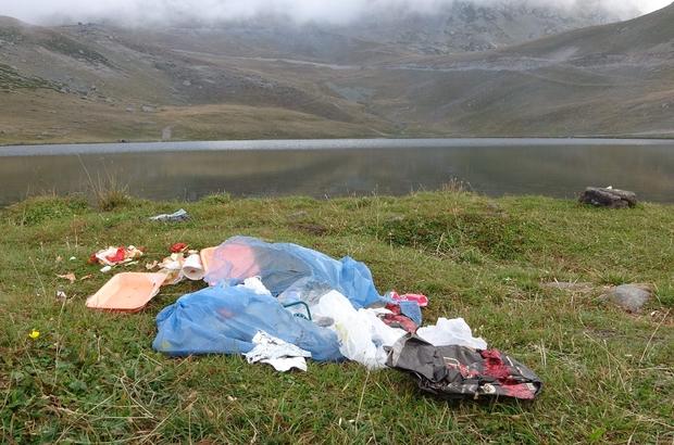 2 bin 740 rakımda bulunan Aygır Gölü'nü de kirletmeyi başardık! Trabzon'da Haldizen Dağları'nın zirvesinde yer alan 7 gölden biri olan 2 bin 740 metre rakımdaki Aygır Gölü kıyısına bırakılan çöpler doğaya verdiğimiz zararı bir kere daha gözler önüne serdi