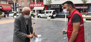 Türkeli'de tek kullanımlık seccade dağıtımı