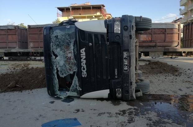 Trenin çarptığı tır sürücüsü, kazayı hafif yarayla atlattı
