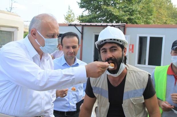 İnşaatta yaptıkları defile ile gündeme gelen inşaat işçilerine Kaymakam ve belediye başkanından teşekkür ziyareti Trabzon'un Araklı ilçesinde inşaatta çektikleri defile görüntüsü ile Türkiye'de gündem olan inşaat işçilerine Araklı Kaymakamı ve Belediye Başkanı ilçenin tanıtımında katkıda bulundukları için teşekkür ziyaretinde bulundu