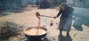 Eskişehir'de bağ bozumu Yapımı da tadı da yıllardır hiç bozulmayan ünlü tatlı 'Pekmez' Hala üzüm ayakla çiğneniyor, içine özel bir toprak ekleyip saatlerce kazanda kaynatılıyor