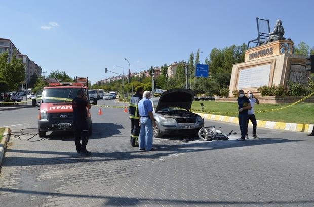 El freni çekilmeyen otomobil motosiklet ve otomobile çarptı