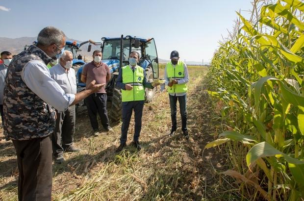 """İpekyolu Belediyesi çiftçilere destek vermeye devam ediyor Kıratlı Mahallesi'nde ekimi yapılan silajlık mısırın hasadı yapıldı İpekyolu Kaymakamı ve Belediye Başkan Vekili Aslan: """"Hasadı görmek bizi onurlandırdı"""" """"Devlet olarak, belediye olarak her daim çiftçimizin yanındayız"""""""