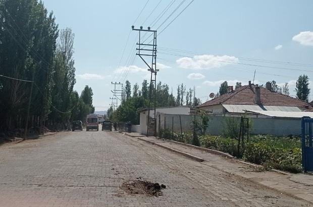 İnterneti gitti, 6 metre yükseklikten yere çakıldı Sivas'ın Şarkışla ilçesinde evinin interneti gittiği için çıktığı telefon direğinden dengesini kaybederek 6 metre yükseklikten yere düşen kişi yaralandı