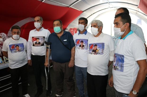 Terör pençesinden evladını kurtardı, sevincini çadırdaki ailelerle paylaştı Evlat nöbetindeki ailelerden Fahrettin Akkuş, 5 yıl aradan sonra evladına kavuştu, çadırdaki ailelerin yanına koştu