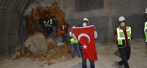 670 milyon liralık dev projede ikinci ışık görüldü Türkiye'nin en önemli güzergâhları arasında yer alan ve Karadeniz Bölgesini İç Anadolu'ya bağlayan Kırkdilim yolu hızla ilerliyor Proje kapsamında T3 tüneli ikinci tüpünde ilk ışık göründü