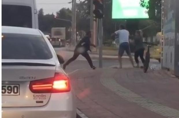 Antalya'da trafikte sopalı kavga Trafik ışıklarında sopayla kavga ettikten sonra bisiklet kırdılar
