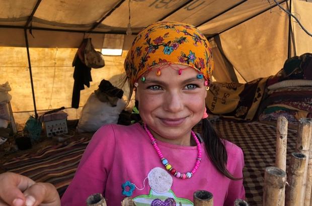 Koyunların peşinde hayallerine koşuyorlar Hatay'dan gelen Yörük Deveci ailesinin kızları, 1700 rakımlı Toros dağı eteklerinde sürülerin peşinde ellerinde kitaplarıyla doktor ve öğretmen olmanın hayalini kuruyor