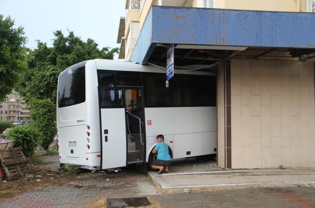 Boş dükkana giren otobüs bina sahiplerini ayağa kaldırdı Dükkanın boş olması olası bir faciayı önledi